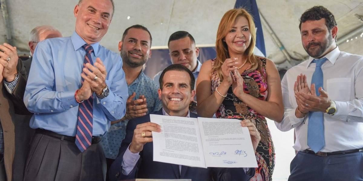 Gobernador convierte en ley proyecto para privatizar la AEE