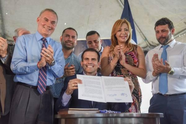 Gobernador firma en Isabela el proyecto que permitirá la venta de la AEE.