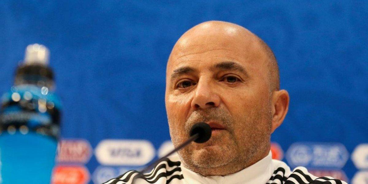 Periodista encaró a Sampaoli y le pidió que explicara por qué Argentina no juega como la U o la Roja