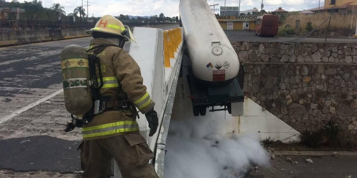 Trabajan para contener fuga de amoniaco en la autopista a Tepic