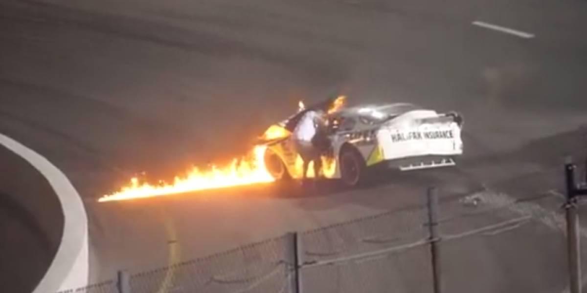 Piloto de Nascar es rescatado por su padre de un auto en llamas