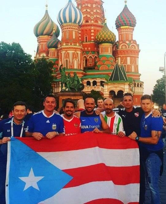 El grupo de amigos lleva la bandera de Puerto Rico a todos los eventos que asisten. suministrada
