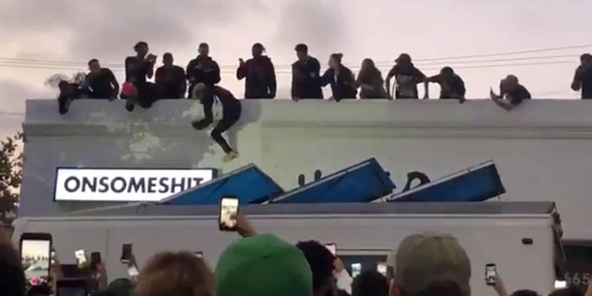Fãs do rapper XXXTentacion tumultuam via de Los Angeles em homenagem que envolvia pular de telhados
