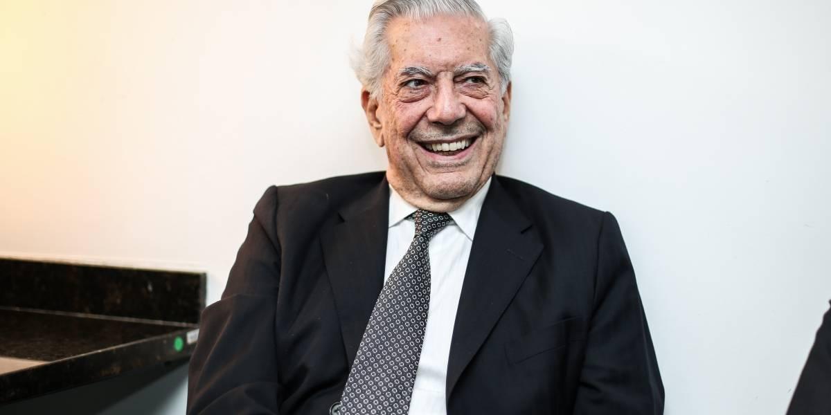 Escritor peruano Mario Vargas Llosa cai e é internado em hospital de Madri
