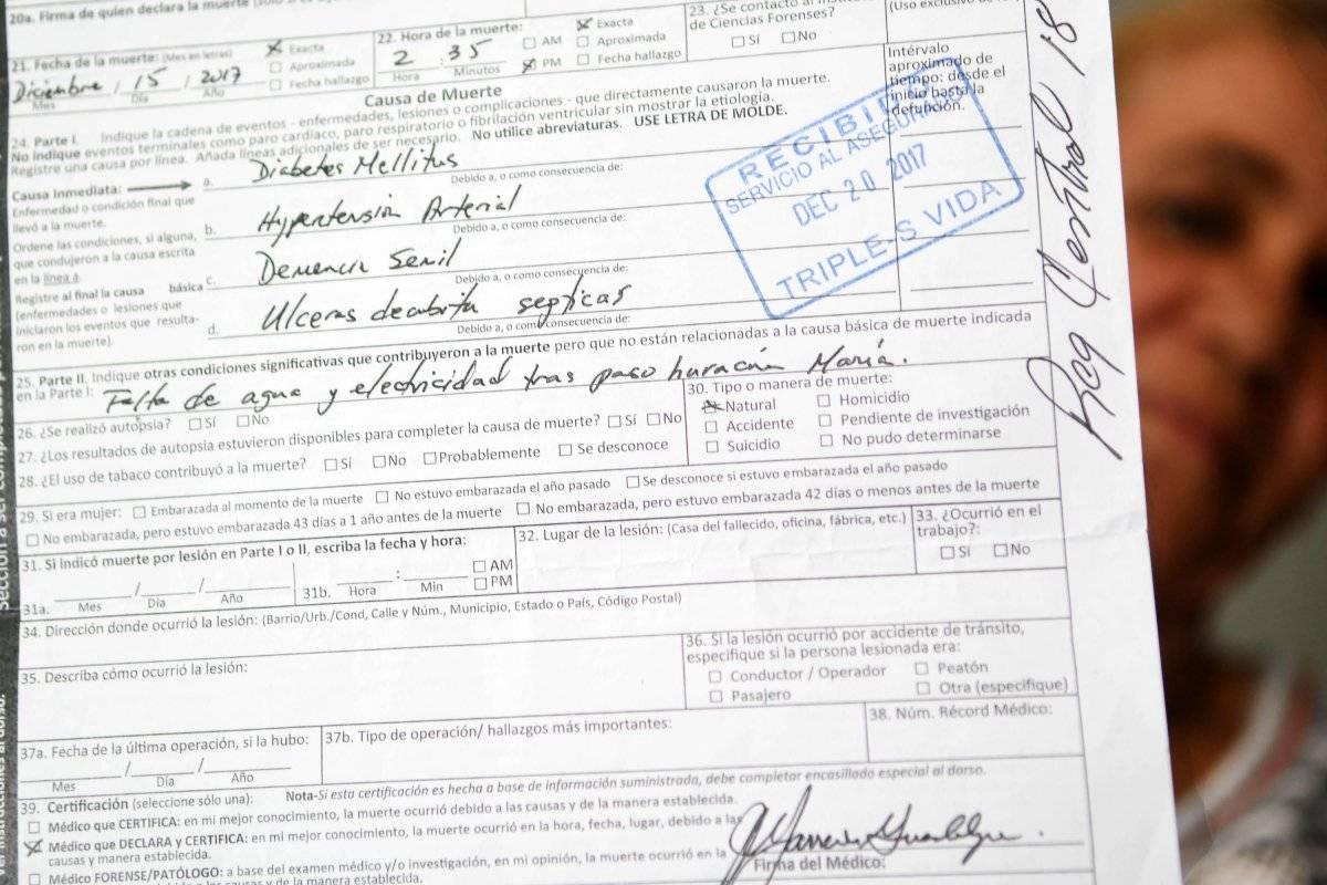 En el certificado de defunción de Cándida Arguinzoni Ríos, el doctor Marrero estableció en el encasillado 25 la relación entre el huracán María y la muerte de la mujer. / Foto: Dennis Jones
