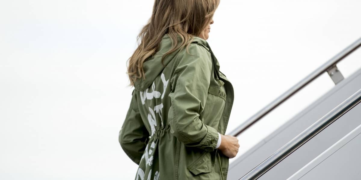 Melania usa polémica chaqueta para visitar a niños migrantes separados de sus familias por Trump