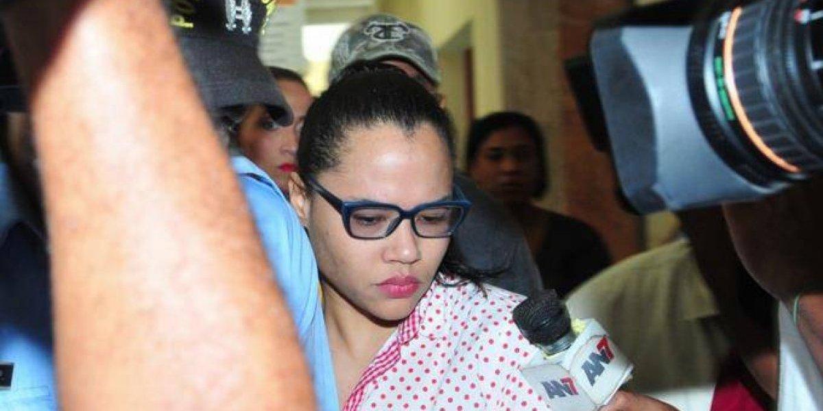 Detienen a esposa de Donni Santana, exfuncionario acusado de violar hijastra