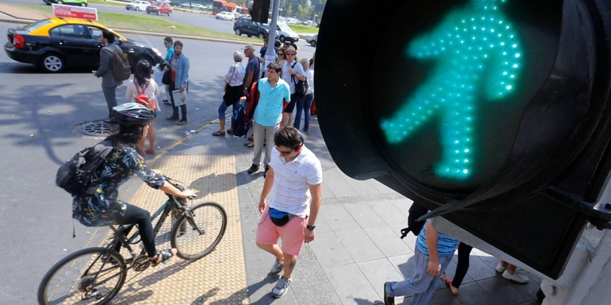 Los reprograman en RM con rapidez: duración de los semáforos será menor en la noche y fines de semana para evitar asaltos