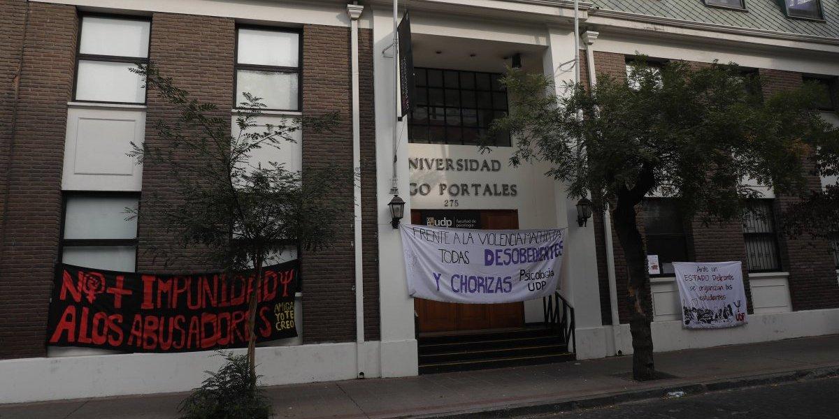 Los calificaron con nota 1: estudiantes de Odontología UDP denuncian amenazas de los directivos por movilización