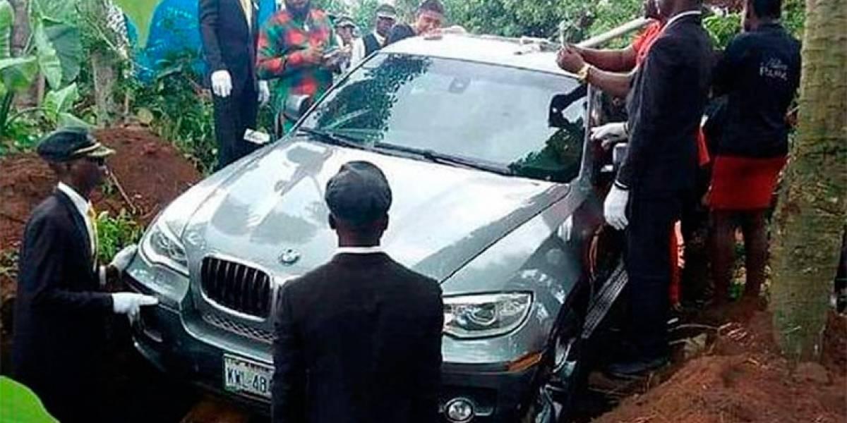 ¡Insólito! Entierran en Nigeria a una persona dentro de un BMW