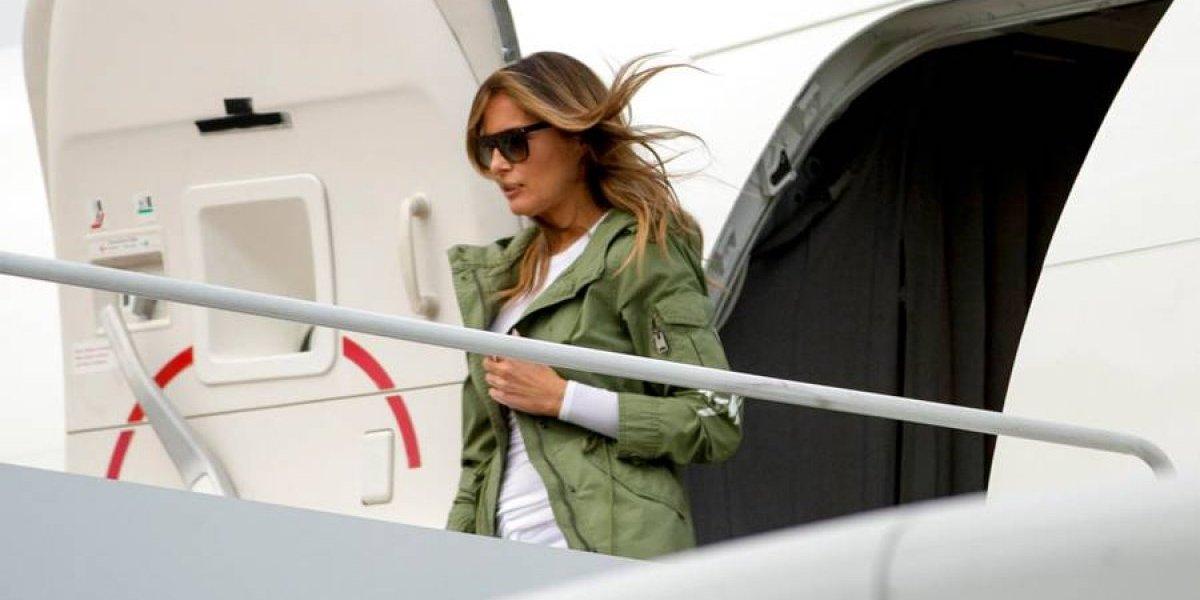 """VIDEO. Melania Trump desata polémica, ¿utilizó mensaje """"escondido"""" en su chaqueta?"""