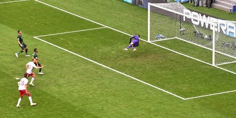 Jugada del primer gol del encuentro entre daneses y australianos
