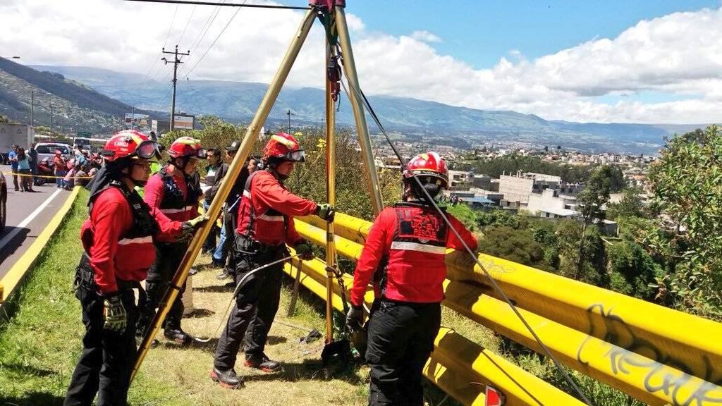 Personal de Bomberos Quito recuperó el cuerpo de una persona fallecida dentro de una quebrada, en el sector del Puente 7 Twitter Bomberos Quito