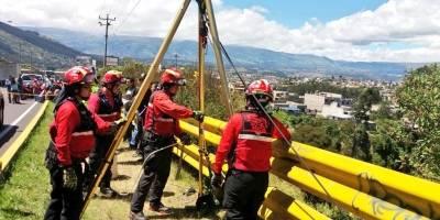 Personal de Bomberos Quito recuperó el cuerpo de una persona fallecida dentro de una quebrada, en el sector del Puente 7
