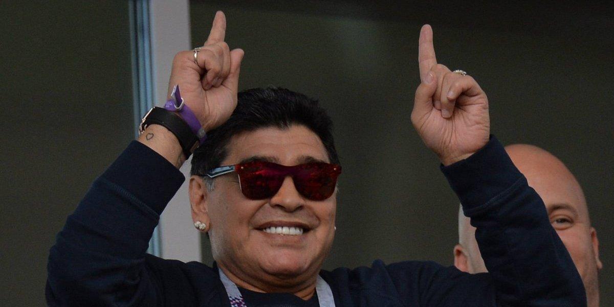 Diego Armando Maradona baila y canta a pesar de su artrosis