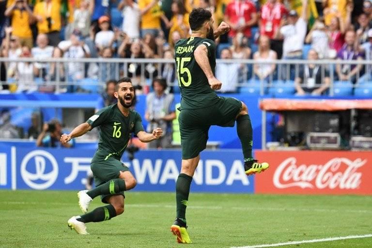 Mile Jedinak festeja el tanto del empate para Australia