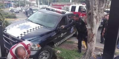 Por ayudar a desatascar una patrulla, hombre cae a socavón