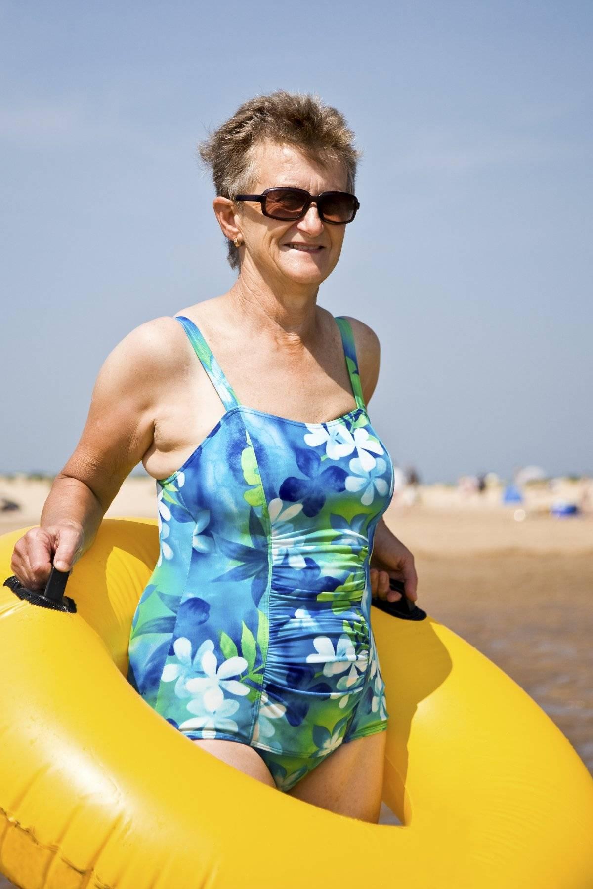 Sé libre y sé tú. Si vas a la playa y te gusta utilizar traje de baño, aprovecha el momento para utilizar colores y estampados alegres, que te ayuden a liberar el estrés mientras disfrutas del sol. Las piezas de cuerpo entero son la elección preferida de mujeres de todas las edades. / Thinkstock