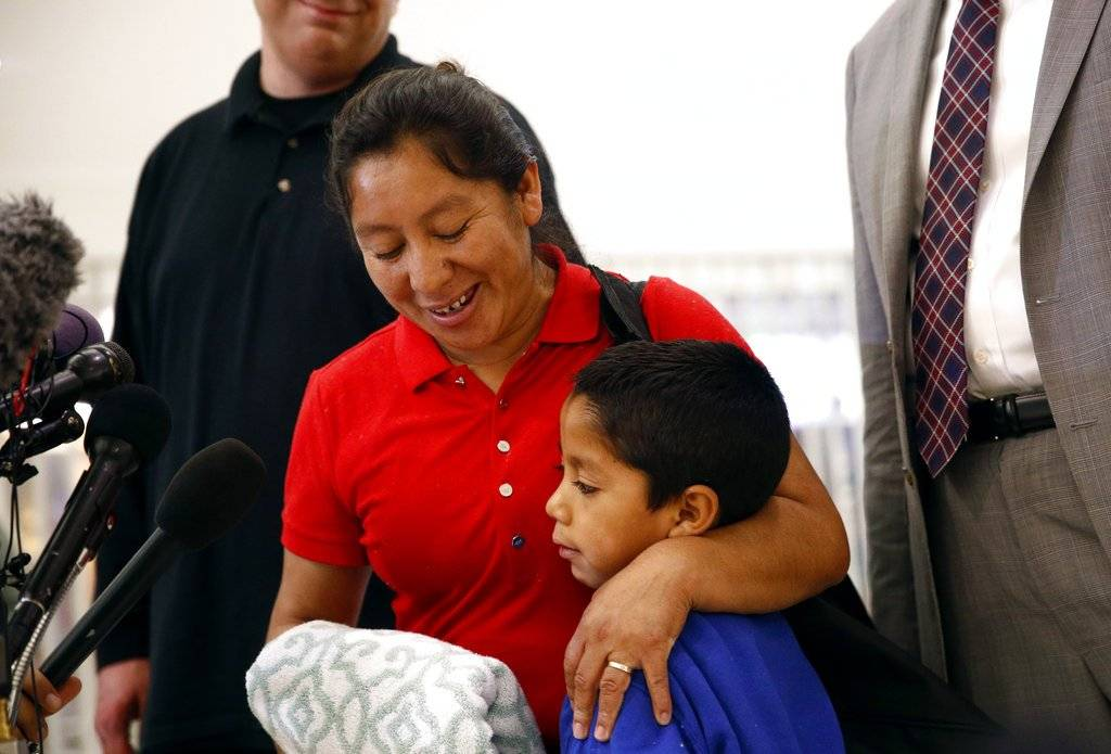 Beata Mejía abraza a su hijo Darwin en una conferencia de prensa tras su reunión en el aeropuerto de Baltimore. Foto: AP