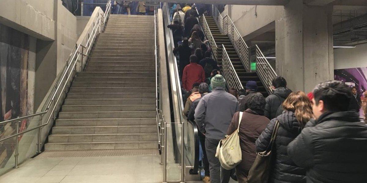 ¿Somos gordos por flojos o porque estamos cansados?: foto de santiaguinos usando escalera mecánica en el Metro abre polémica en redes sociales