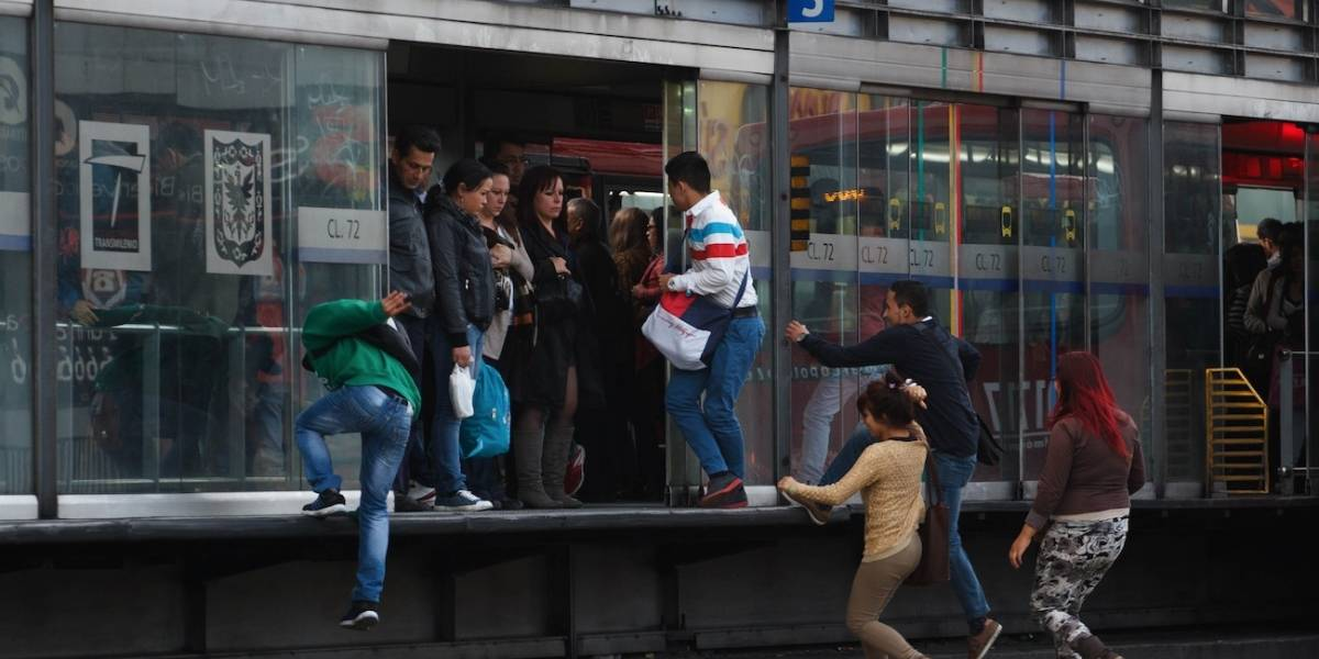 En video quedaron grabados varios policías que se colaron en TransMilenio