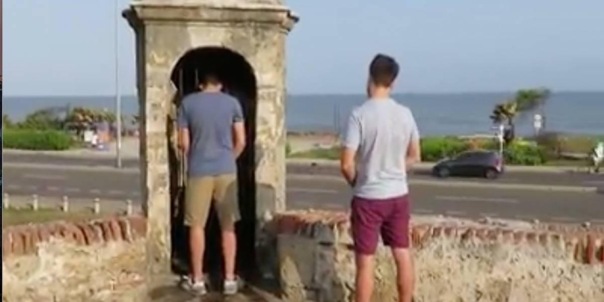 Turista español recibió una lección de una colombiana cuando se encontraba orinando en un monumento