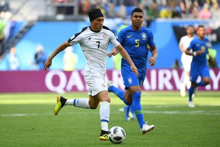 Bolaños conduce el balón durante el partido ante Brasil