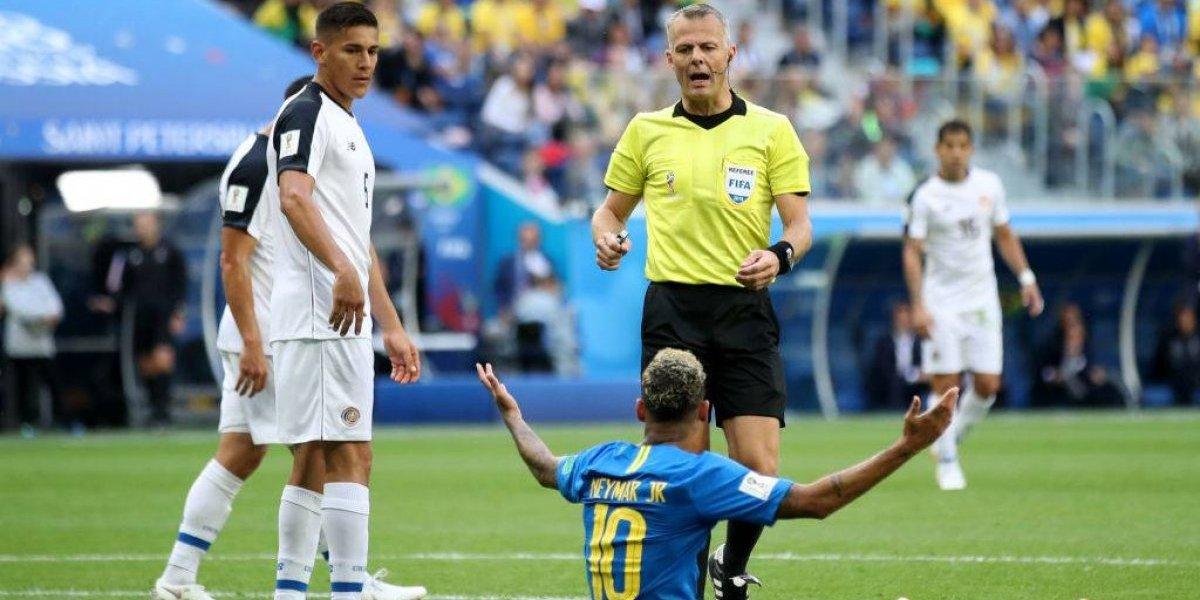 """El VAR no le compró el """"piscinazo"""" a Neymar y revirtió el penal que había cobrado el árbitro"""