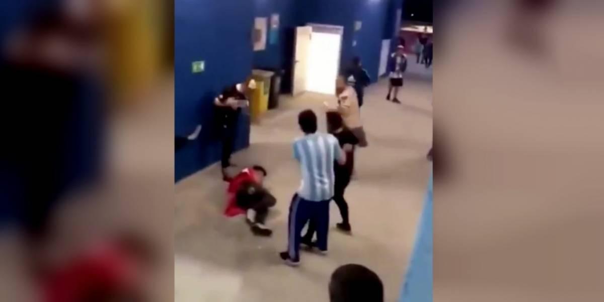 VIDEO: Aficionados argentinos golpean a dos hinchas croatas tras goleada