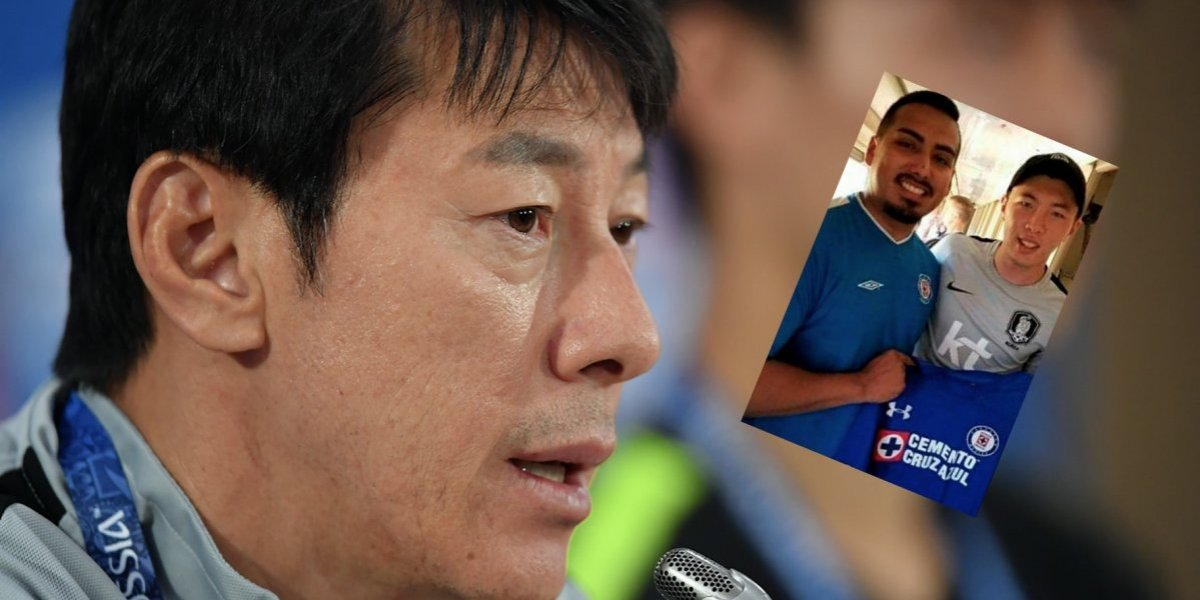 Aficionado de Cruz Azul regala playera a hijo del técnico de Corea