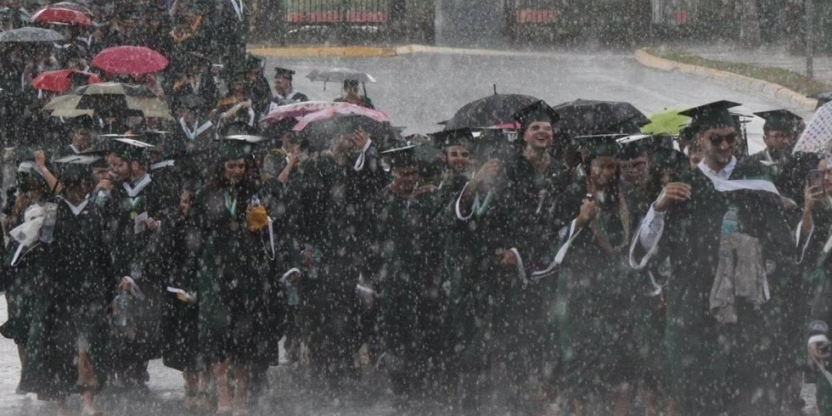 Graduandos del RUM desfilan bajo lluvia