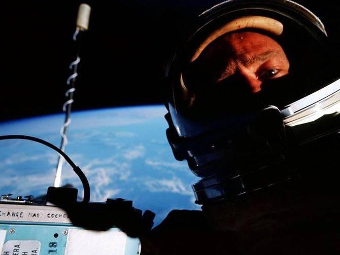 Aldrin le muestra al mundo la primera selfie desde el espacio