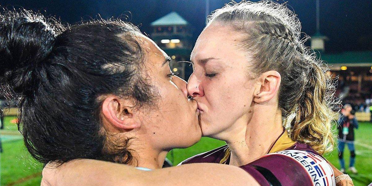 Beso de dos jugadoras de rugby desata la homofobia en internet pero la liga los calla con épica respuesta