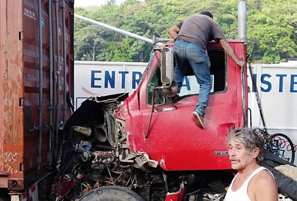 Varios vehículos colisionaron en la ruta al Pacífico. El accidente de tránsito limitó el paso por el sector. Foto: Dalia Santos