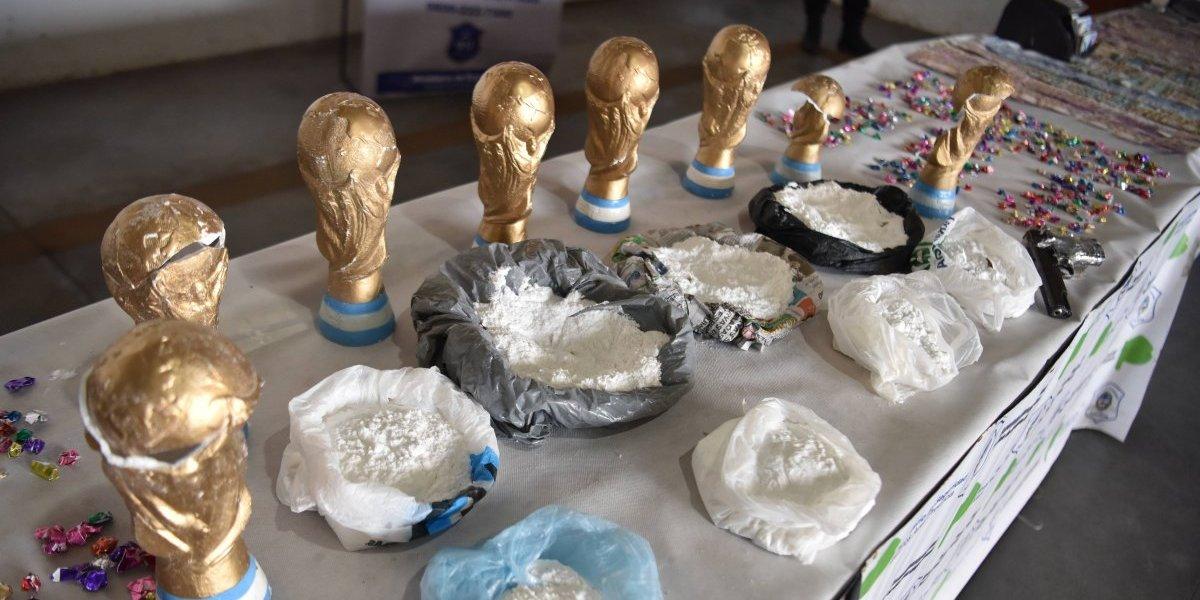 Incautan droga dentro de trofeos falsos del Mundial en Argentina