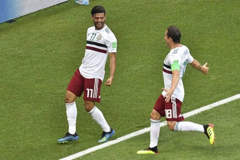 Vela celebra su gol con Andrés Guardado