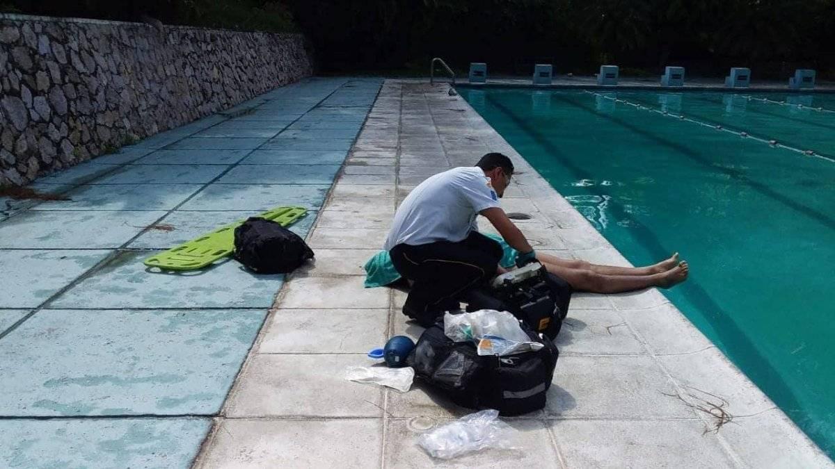 Los Bomberos Voluntarios rescataron el cuerpo de un hombre que se ahogó en la piscina de la Usac. Foto: CVB