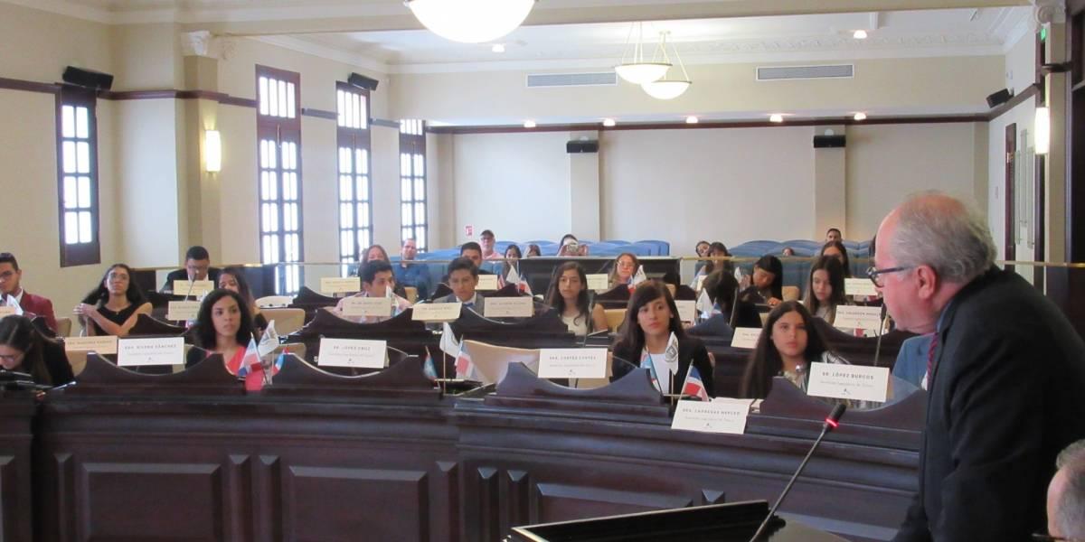 Jóvenes son legisladores municipales por un día