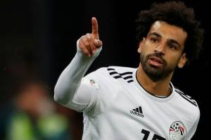 Vídeo mostra Salah dirigindo e usando celular; Liverpool denuncia à polícia