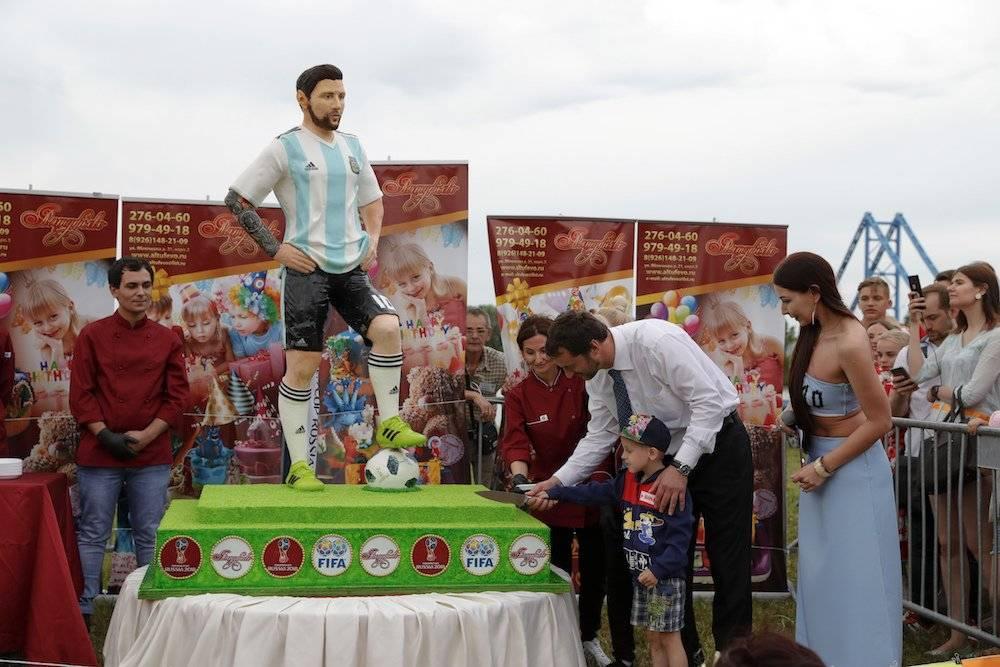 Las mil personas que se dieron cita probaron un pedazo del pastel Messi AP