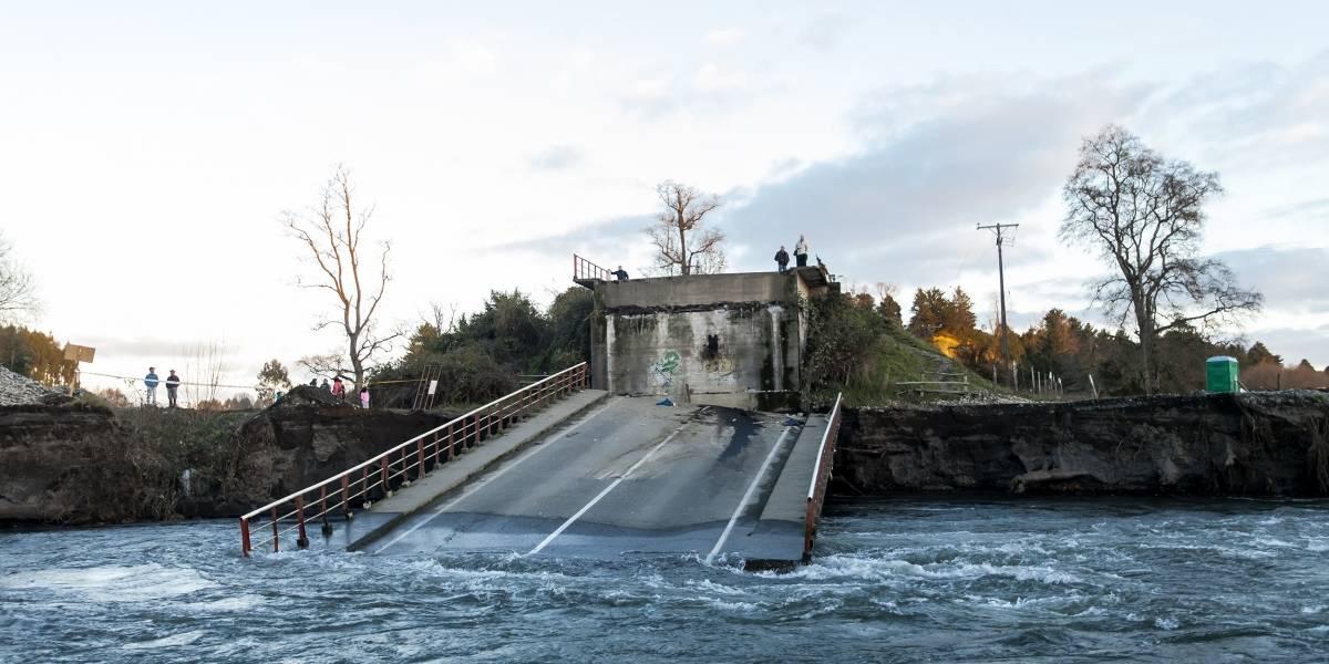"""MOP por caída de Puente Cancura: """"existen vacíos en normativa de extracción de áridos en los ríos"""""""