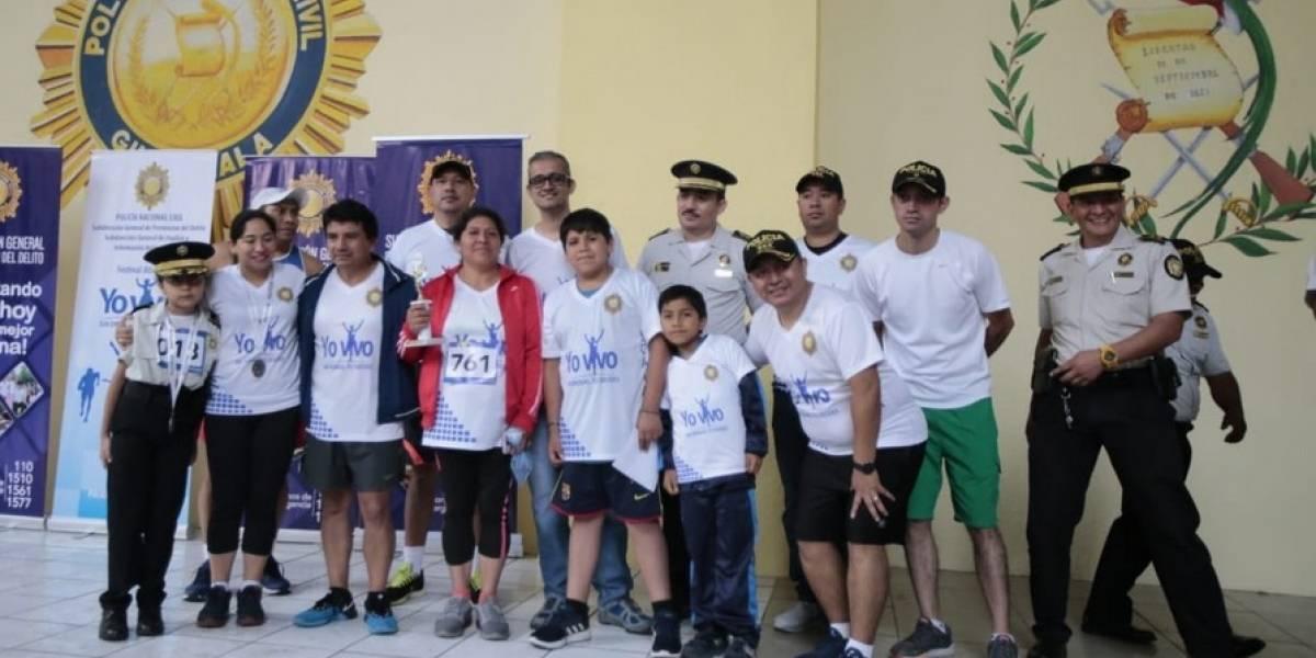 """Cientos de guatemaltecos corren bajo el lema """"Yo vivo sin drogas"""" que impulsó la PNC"""