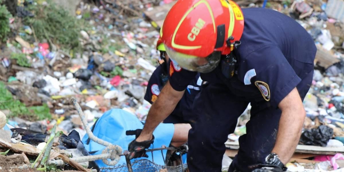 Bomberos rescatan cadáver de un hombre en el fondo de barranco en zona 1