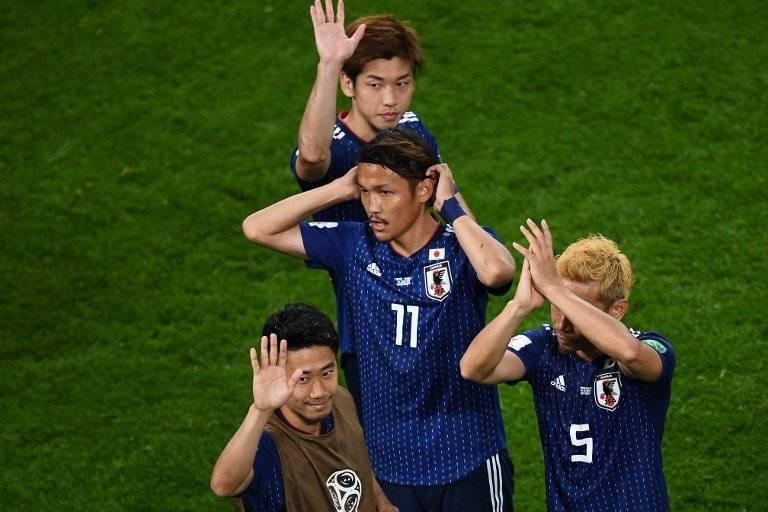 Los aficionados japoneses saludan tras finalizado el partido