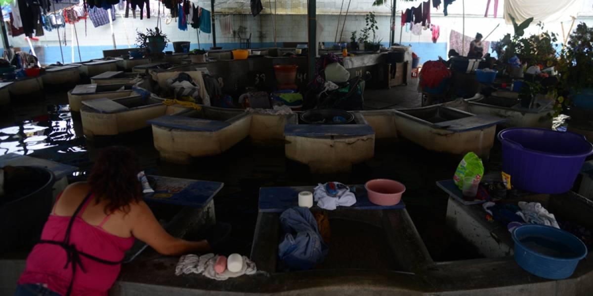 Se ganan la vida con cada lavada en el tanque El Perú