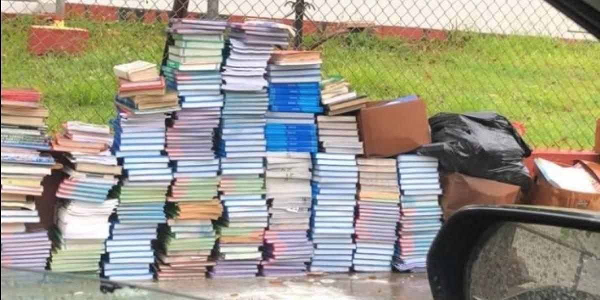 Cientos de libros amanecen mojados y abandonados frente a escuela
