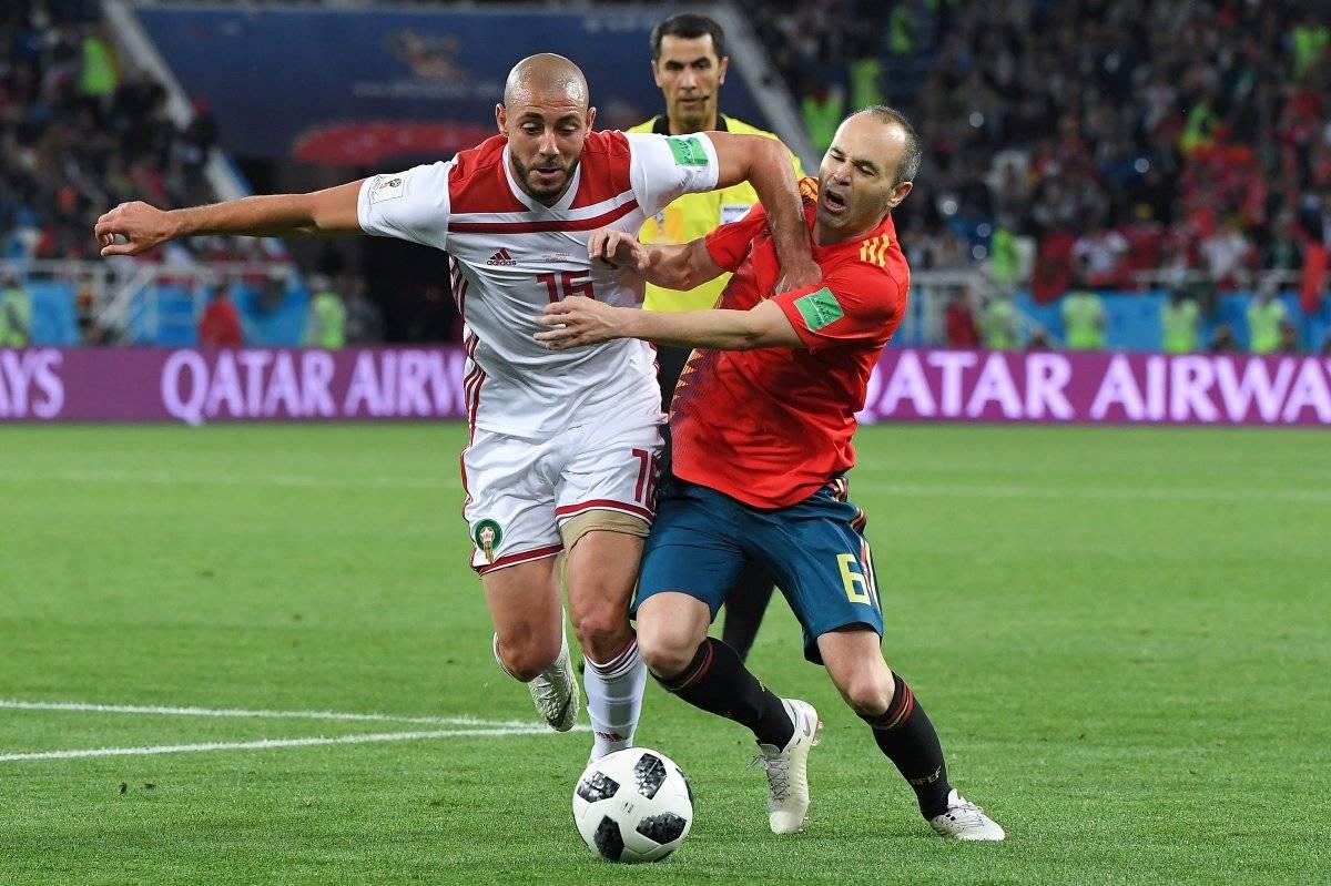 Andrés Iniesta disputa el balón con un rival