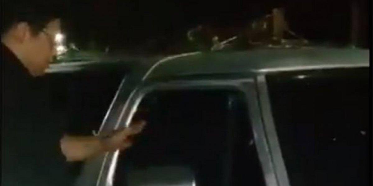 Encierran a sus hijos en camioneta para ir a cierre de campaña