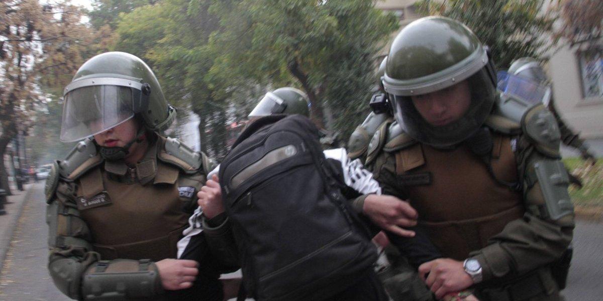 Violento enfrentamiento en el Liceo de Aplicación: carabineros asegura que el rector estaba amenazado por alumnos