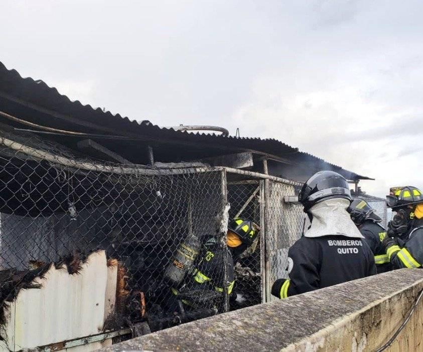 Conato de incendio estructural, en el sector de La Luz BOMBEROS QUITO